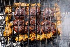 Assado de Braai da carne em carvões de fumo imagens de stock royalty free