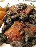 Assado de carne de porco com ameixas secas e batatas do bebê Imagens de Stock Royalty Free