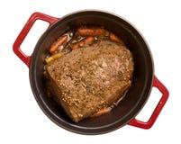 Assado de carne no potenciômetro vermelho isolado Imagens de Stock Royalty Free