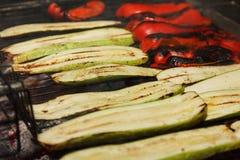 Assado de cozimento exterior dos vegetais na fogueira do fogo, grupo de alimento na grade Imagens de Stock