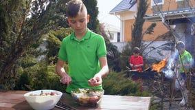 Assado do cozinheiro do adolescente no jardim, slowmotion filme