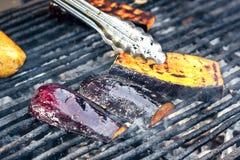 Assado do vegetariano com a beringela temperado com azeite, alho e ervas Vegetais grelhados que preparam-se em uma grade do assad Imagens de Stock