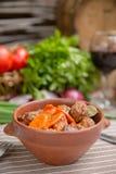 Assado em um potenciômetro com carne e vegetais Fotografia de Stock Royalty Free