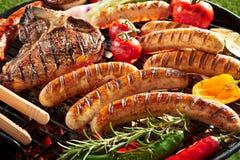 Assado exterior do verão com carne em uma grade imagem de stock