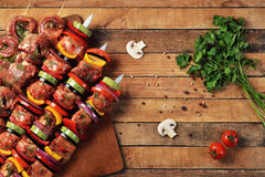 Assado fresco da carne crua e do vegetal em espetos Foto de Stock Royalty Free