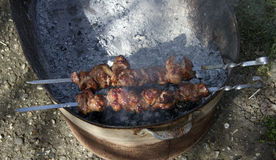 Assado fritado do shashlik da carne em carvões fotografia de stock royalty free