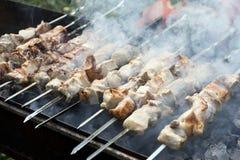 Assado na grade em espetos, carne de porco, cozinhando a carne Fotografia de Stock Royalty Free