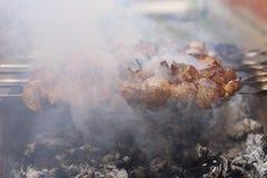 Assado na natureza no verão Carne de carne de porco no fumo nos carvões, alimento saudável, close up foto de stock royalty free