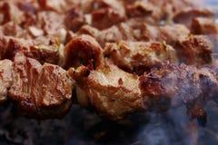 Assado na natureza no verão Carne de carne de porco no fumo nos carvões, alimento saudável, close up fotografia de stock royalty free