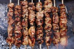 Assado na natureza no verão Carne de carne de porco no fumo nos carvões, alimento saudável, close up, vista superior fotos de stock royalty free