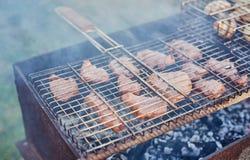Assado no forestshashlik na natureza Processo de cozinhar a carne no assado, close up Fotografia de Stock