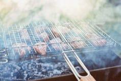 Assado no forestshashlik na natureza Processo de cozinhar a carne no assado, close up Foto de Stock Royalty Free