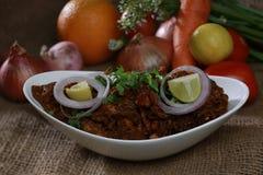 Assado picante indiano da galinha com frutas e legumes saborosos Fotos de Stock