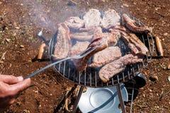 Assados do bife que cozinham em carvões vegetais fotografia de stock royalty free