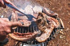 Assados do bife que cozinham em carvões vegetais imagens de stock
