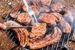 Assados do bife que cozinham em carvões vegetais imagens de stock royalty free