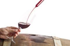 Assaggio del vino rosso da un barilotto #1 immagini stock