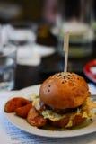 Assaggio dell'hamburger Immagine Stock