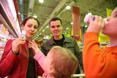 Assaggio della famiglia nel negozio Fotografie Stock Libere da Diritti