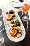 Assaggio delle pasticcerie del cioccolato del tortino e del vino al cioccolato immagini stock