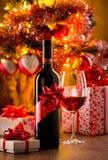Assaggio di vino con l'albero di Natale Fotografie Stock