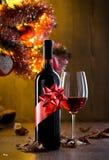 Assaggio di vino con l'albero di Natale Immagini Stock