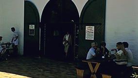 Assaggio di vino della locanda della cantina di Cape Town stock footage