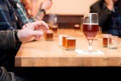 Assaggio di volo della birra ad una fabbrica di birra Immagini Stock