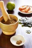 Assaisonnant des zes de crevette, d'algue et de limette Images stock