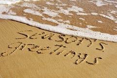 Assaisonne des salutations sur la plage, avec un rétro effet Image stock