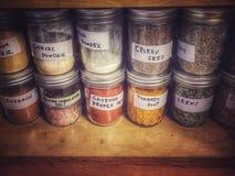 Assaisonnement dans le buffet en Mason Jars Photo stock