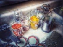 Assaisonnement dans le buffet en Mason Jars Image stock