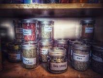 Assaisonnement dans le buffet en Mason Jars Photos stock
