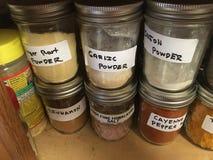 Assaisonnement dans le buffet en Mason Jars Photographie stock
