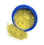 Assaisonnement de poivre de citron débordant la cuvette bleue Photographie stock