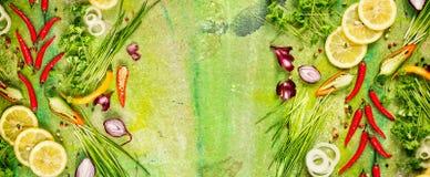 Assaisonnement et épices frais aromatiques pour faire cuire, vue supérieure, panorama Photos stock