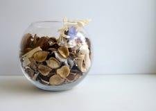 Assaisonnement naturel pour d'int?rieur vase en verre avec le m?lange des herbes, des fruits secs et des ?pices aromatiques photo stock