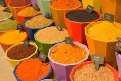 Assaisonnements, épices et herbes dans des pots à vendre - Kemer, Turquie photo stock