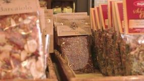 Assaisonnements de pâtes sur des étagères de boutique clips vidéos