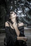 Assaisonnez, jolie jeune femme sous la pluie d'automne en parc de palais image stock