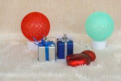 Assaisonnez le concept de salutation - cadeau de Noël et lampes rouges et vertes Images libres de droits