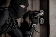 Assaltante da casa na máscara Foto de Stock