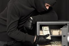 Assaltante do ladrão e cofre forte da casa fotos de stock