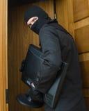 Assaltante masculino na máscara que rouba o monitor Imagem de Stock Royalty Free