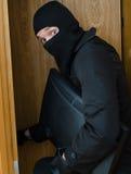 Assaltante masculino na máscara que rouba o monitor Fotos de Stock Royalty Free