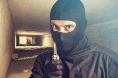 Assaltante perigoso que guarda uma faca fotografia de stock royalty free