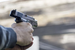 Assalto da rua do fogo da arma Disparando em um revólver e em um fumo que saem do tambor imagem de stock