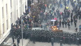 Assalto dai protestatari stock footage