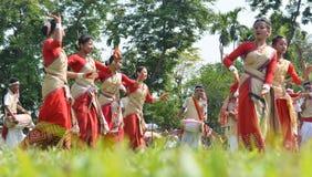 Assamesefolk som firar Rongali Bihu på Rong Ghar royaltyfria bilder