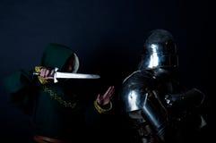 Assassin essayant de tuer le chevalier de gloire Images stock